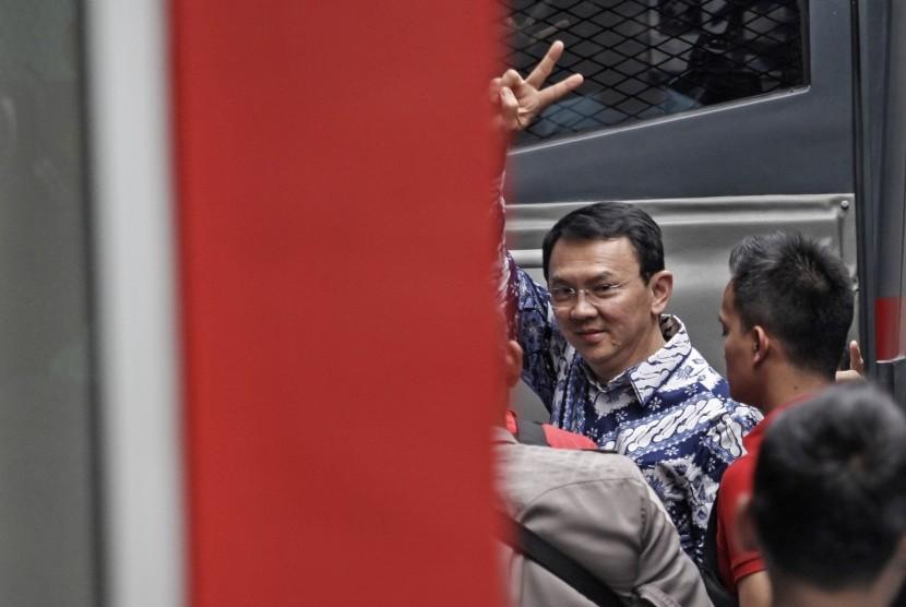 Terpidana kasus penistaan agama Basuki Tjahaja Purnama atau Ahok melambaikan tangan saat tiba di rumah tahanan LP Cipinang, Jakarta, Selasa (9/5).