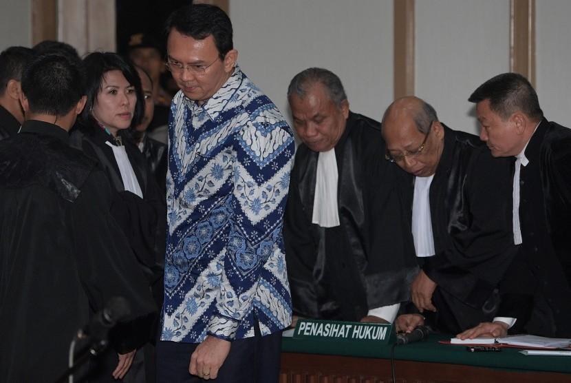 Terpidana kasus penistaan agama, Basuki Tjahaja Purnama atau Ahok (kedua kiri).
