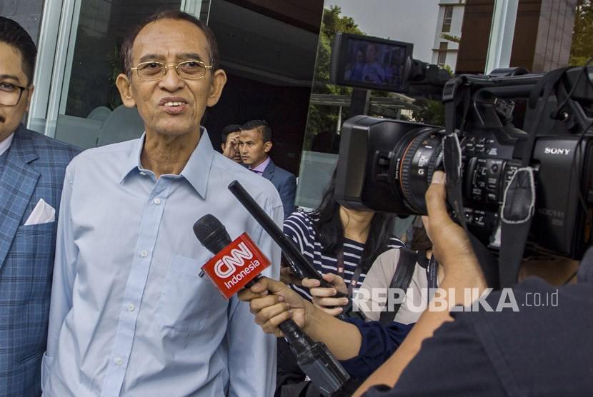 Terpidana korupsi dana penyelenggaraan Ibadah haji Suryadharma Ali meninggalkan pengadilan Tipikor usai menyerahkan berkas peninjauan kembali (PK) atas vonisnya di Pengadilan Tipikor, Jakarta, Senin (4/6).