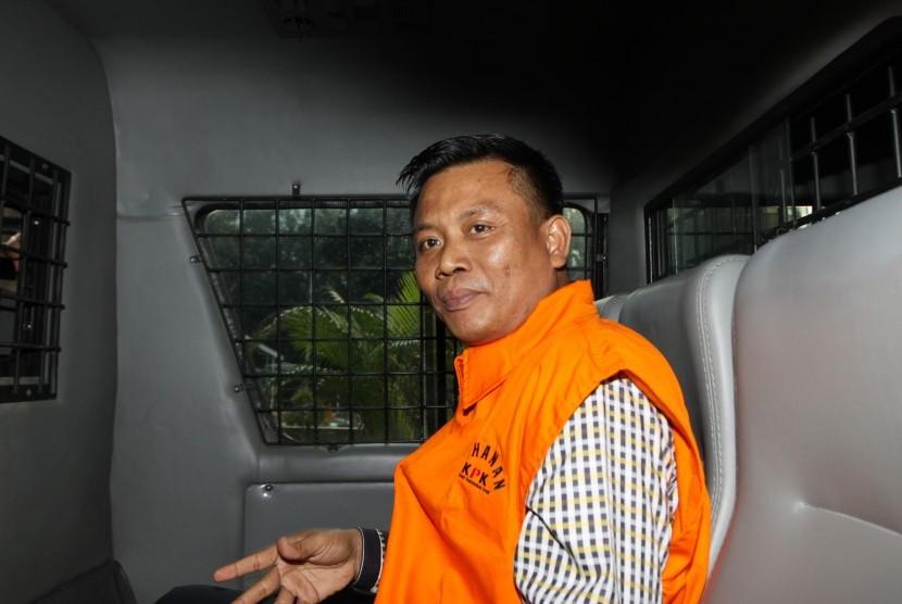 Tersangka anggota Dewan Perwakilan Rakyat Daerah (DPRD) Sumatera Utara periode 2009-2014 Muslim Simbolon berada di dalam mobil tahanan seusai menjalani pemeriksaan di Gedung KPK, Jakarta, Senin (9/7).