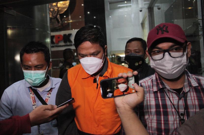 Tersangka Bupati Kuantan Singingi (Kuansing) Andi Putra (tengah) mengenakan rompi tahanan usai menjalani pemeriksaan di Gedung Merah Putih KPK, Jakarta, Rabu (20/10/2021). KPK menetapkan dua orang tersangka dalam OTT tersebut yakni Bupati Kuantan Singingi periode 2021-2026 Andi Putra dan General Manager PT Adimulia Agrolestari Sudarso terkait kasus dugaan tindak pidana korupsi perpanjangan izin Hak Guna Usaha (HGU) sawit di Kabupaten Kuantan Singingi Provinsi Riau.