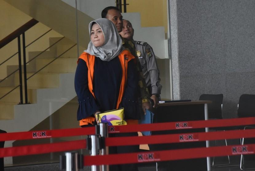 Tersangka Bupati nonaktif Kabupaten Bekasi Neneng Hasanah Yasin meninggalkan gedung KPK seusai menjalani pemeriksaan di Jakarta, Jumat (8/2/2019).