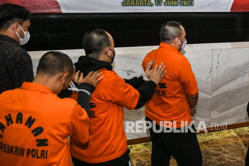 Tersangka dihadirkan saat rilis kasus tindak pidana pinjaman online ilegal di kantor Bareskrim Polri, Jakarta.