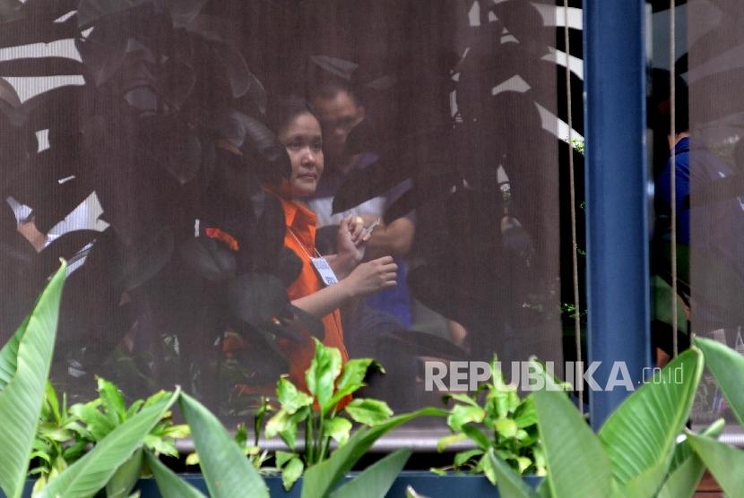 Tersangka Jessica Kumala Wongso bersama polisi Polda Metro melakukan rekonstruksi kasus pembunuhan Wayan Mirna Salihin di Kafe Olivier, Jakarta, Ahad (7/2).  (Republika/Yasin Habibi)