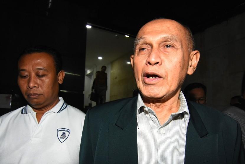 Tersangka kasus dugaan kepemilikan senjata api ilegal Kivlan Zen (kanan) berjalan dengan kawalan petugas kepolisian seusai menjalani pemeriksaan di Ditreskrimum Polda Metro Jaya, Jakarta, Rabu (19/6/2019).