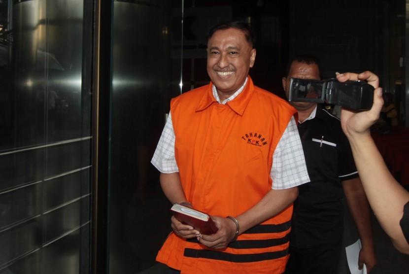 Tersangka kasus dugaan korupsi proyek pengadaan KTP elektronik, Markus Nari (kiri) berjalan seusai menjalani pemeriksaan di gedung KPK, Jakarta, Senin (6/5/2019).