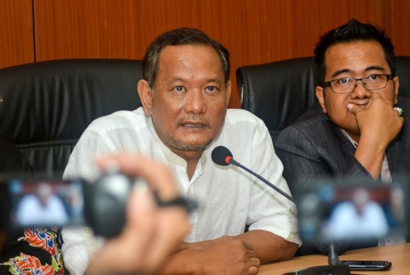 Tersangka kasus dugaan pengaturan pertandingan sepakbola Vigit Waluyo (kiri) didampingi pengacaranya memberikan keterangan seusai menjalani pemeriksaan di ruangan Ditreskrimum Polda Jawa Timur di Surabaya, Jawa Timur, Kamis (24/1/2019).