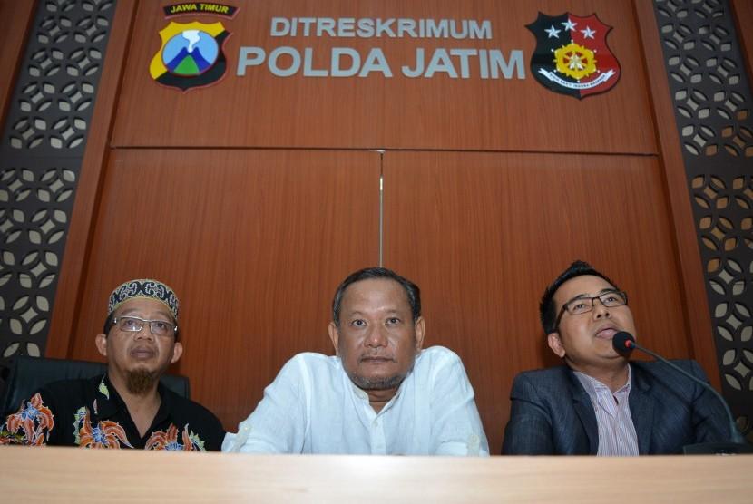 Tersangka kasus dugaan pengaturan pertandingan sepakbola Vigit Waluyo (tengah) didampingi pengacaranya memberikan keterangan seusai menjalani pemeriksaan di ruangan Ditreskrimum Polda Jawa Timur di Surabaya, Jawa Timur, Kamis (24/1/2019).