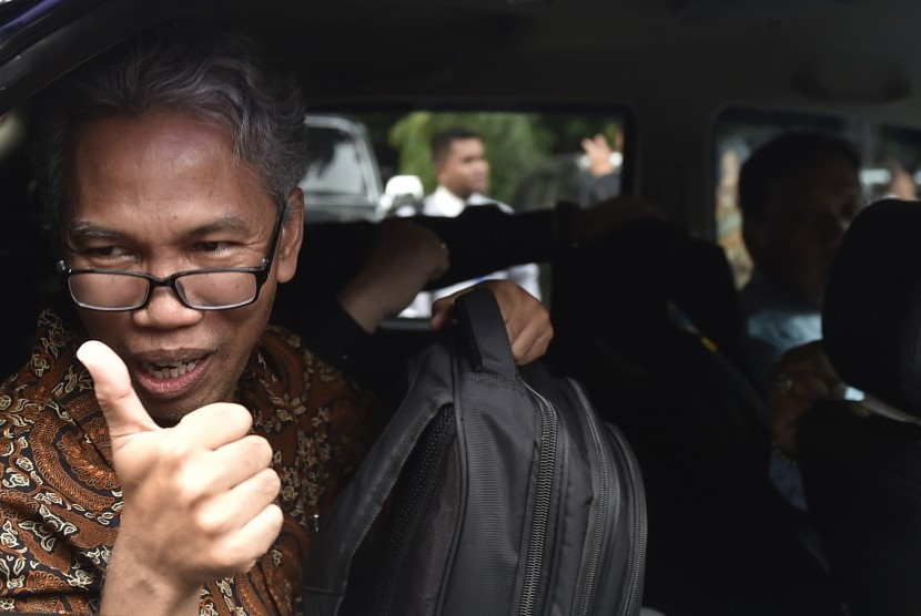 Tersangka kasus dugaan penyebaran kebencian terkait unggahan video Basuki Tjahaja Purnama, Buni Yani usai diperiksa di Direktorat Reserse Kriminal Khusus, Polda Metro Jaya, Jakarta, Kamis (24/11).