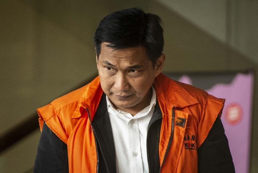 Tersangka kasus dugaan suap distribusi pupuk Bowo Sidik Pangarso meninggalkan gedung KPK seusai menjalani pemeriksaan di Jakarta, Kamis (4/4/2019).