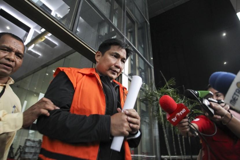 Tersangka kasus dugaan suap distribusi pupuk, Bowo Sidik Pangarso bergegas menuju mobil tahanan seusai menjalani pemeriksaan di gedung KPK, Jakarta, Selasa (9/4/2019).