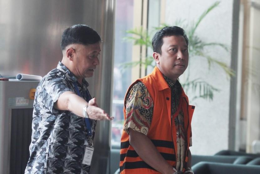 Tersangka kasus dugaan suap terkait seleksi pengisian jabatan di Kementerian Agama, Romahurmuziy (kanan) berjalan memasuki gedung KPK untuk menjalani pemeriksaan penyidik di Gedung KPK, Jakarta, Jumat (3/5/2019) .