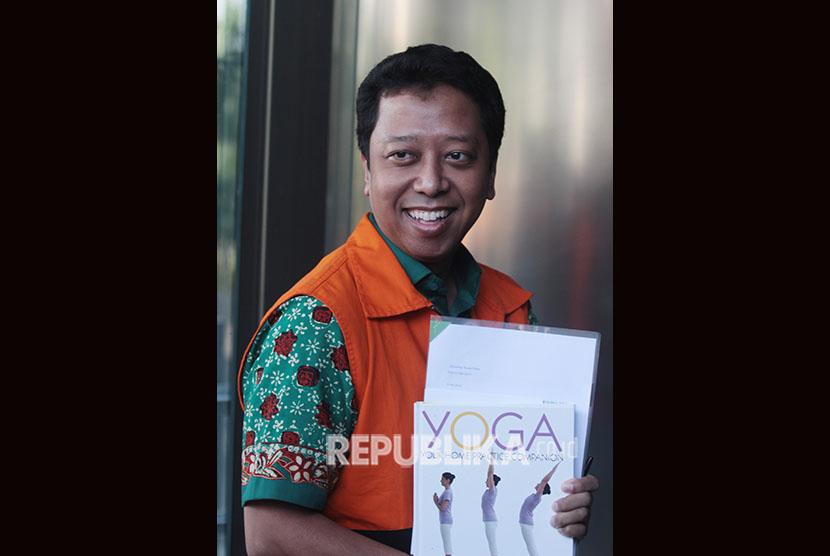 Tersangka kasus dugaan suap terkait seleksi pengisian jabatan di Kementerian Agama, Romahurmuziy (kanan) berjalan memasuki gedung KPK untuk menjalani pemeriksaan penyidik di Gedung KPK, Jakarta, Jumat (24/5/2019).