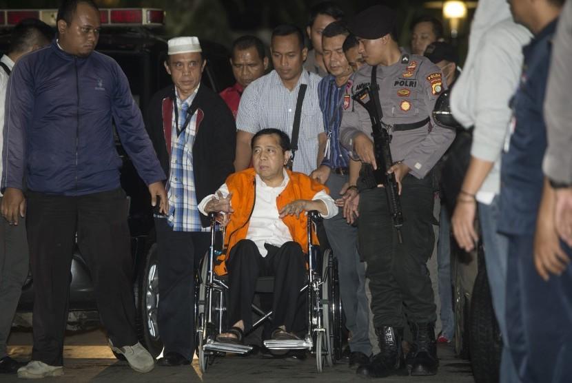 Tersangka kasus korupsi KTP Elektronik Setya Novanto tiba di gedung KPK, Jakarta, Minggu (19/11). Ketua DPR tersebut dipindahkan dari RSCM Kencana ke rutan KPK.