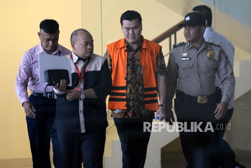 Tersangka kasus korupsi penerapan KTP Elektronik (e-KTP) Andi Narogong usai diperiksa di Gedung KPK, Jakarta, Selasa (4/4).