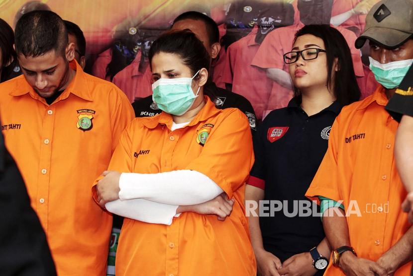 Tersangka kasus narkoba yang merupakan putri pedangdut senior Elvy Sukaesih, Dhawiya Zaida (tengah) dihadirkan saat rilis kasus narkoba di Polda Metro Jaya, Jakarta, Sabtu (17/2).