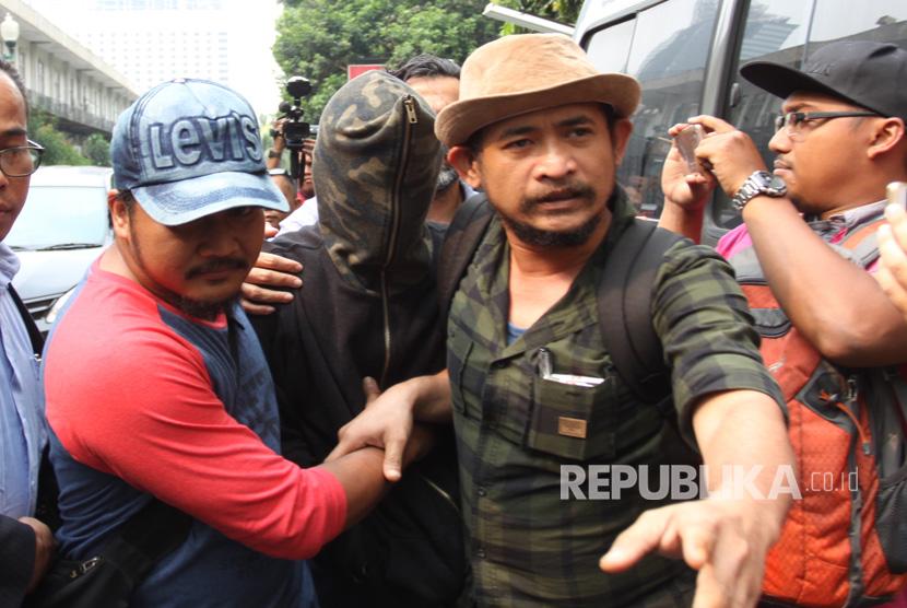Tersangka kasus narkotika, Axel Matthew Thomas (tengah/mengenakan penutup wajah) tiba di rutan narkoba Polda Metro Jaya, Jakarta, Rabu (19/7).