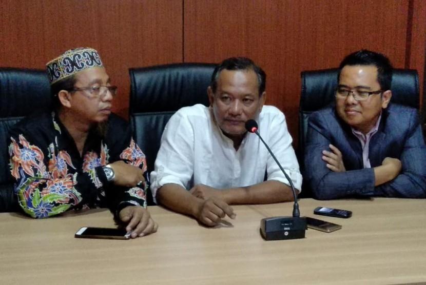 Tersangka kasus pengaturan skor Vigit Waluyo (tengah) seusai menjalani pemeriksaan oleh Satgas Antimafia Bola di Mapolda Jatim, Surabaya, Kamis (24/1).