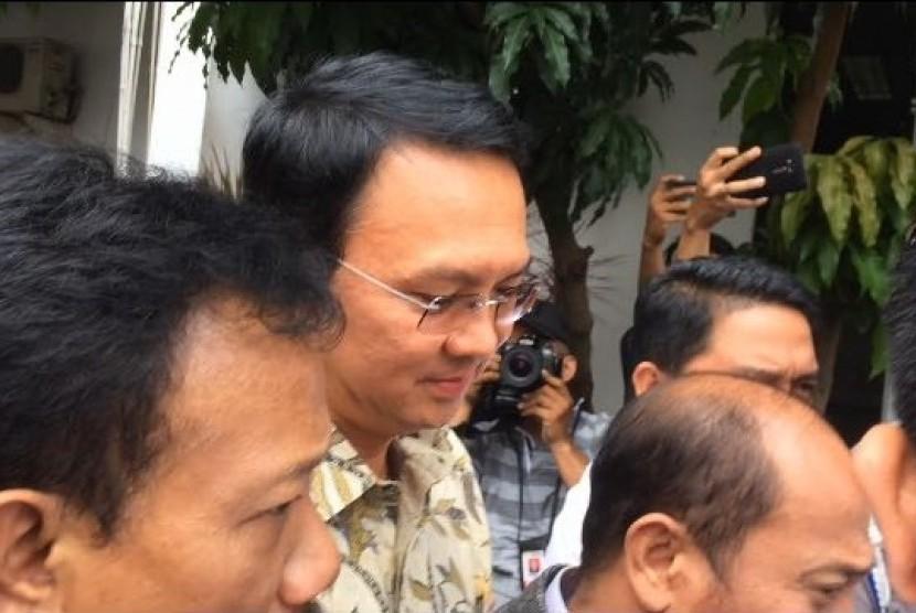 Tersangka kasus penistaan agama Basuki Tjahaja Purnama alias Ahok tiba di Gedung Kejaksaan Agung, Jakarta, Kamis (1/12).