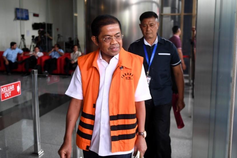 Tersangka kasus suap kesepakatan kontrak kerja sama pembangunan PLTU Riau-1 Idrus Marham tiba untuk menjalani pemeriksaan di gedung KPK, Jakarta, Kamis (8/11/2018).