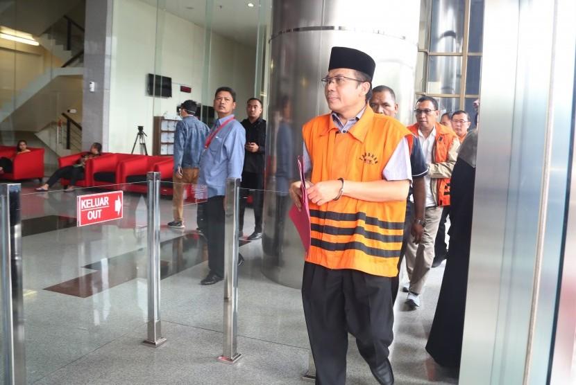 Tersangka kasus suap pengurusan anggaran Dana Alokasi Khusus (DAK) untuk Kabupaten Kebumen pada APBN Perubahan Tahun 2016, Taufik Kurniawan (tengah) tiba untuk menjalani pemeriksaan di gedung KPK, Jakarta, Kamis (7/2/2019).