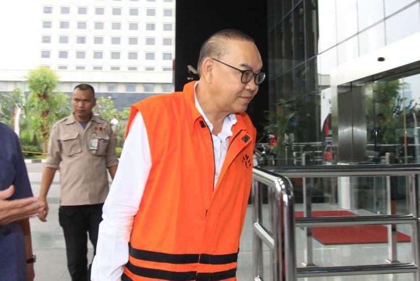 Tersangka kasus suap PLTU Riau-1 Johannes Budisutrisno Kotjo tiba untuk menjalani pemeriksaan di gedung KPK, Jakarta, Selasa (7/8).