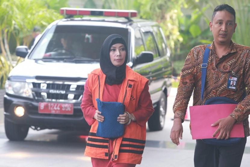 Tersangka Marketing Manager PT Humpuss Transportasi Kimia Asty Winasti (kiri) berjalan memasuki gedung KPK dengan pengawalan petugas untuk menjalani pemeriksaan di Jakarta, Senin (6/5/2019).