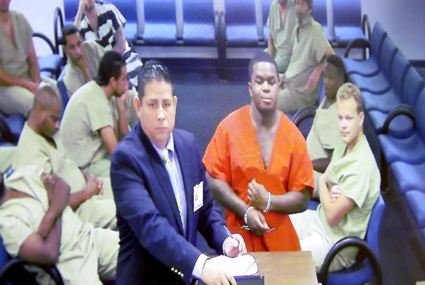 Tersangka pembunuhan rapper XXXTentacion, Dedrick Williams, mengenakan baju tahanan saat hadir pengadilan jaminan terfoto lewat video, Kamis (21/6), di Fort Lauderdale, Florida.