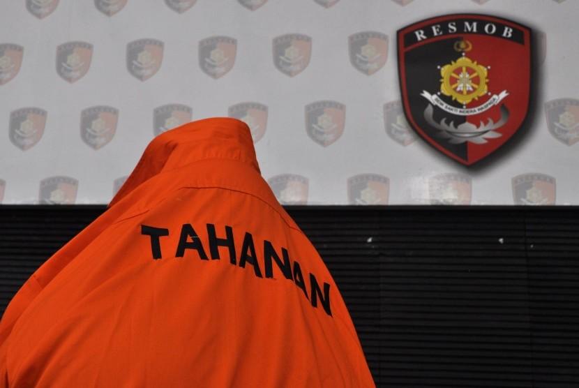Polsek Metro Jakarta Barat menangkap pasangan suami istri berinisial, A (35) dan F (30), yang menjadi pengedar narkoba jenis ganja.