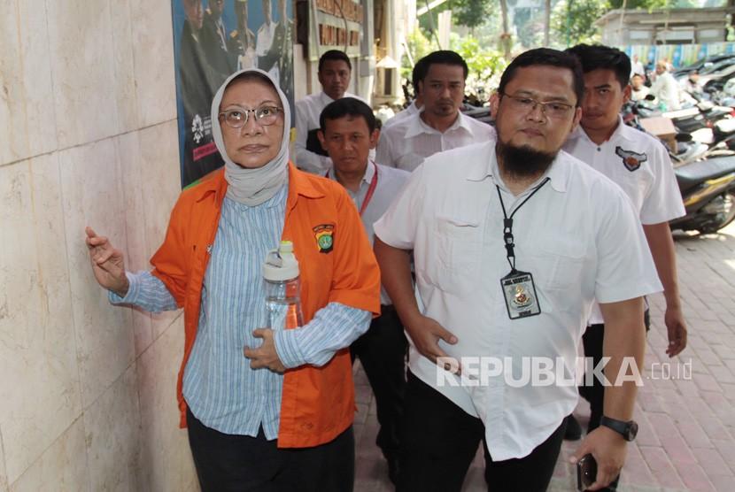 Tersangka penyebaran berita bohong atau hoaks Ratna Sarumpaet (kiri) dikawal petugas saat menjalani pemeriksaan di Dirkrimum Polda Metro Jaya, Jakarta, Senin (22/10/2018).
