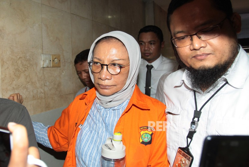 Suspect on hoax case Ratna Sarumpaet (left)