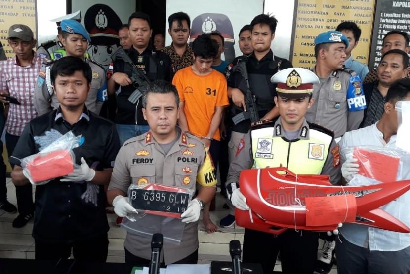 Tersangka perusakan motor saat ditilang polisi meminta maas di Polres Tangerang Selatan. Tersangka terancam hukuman enam tahun penjara.