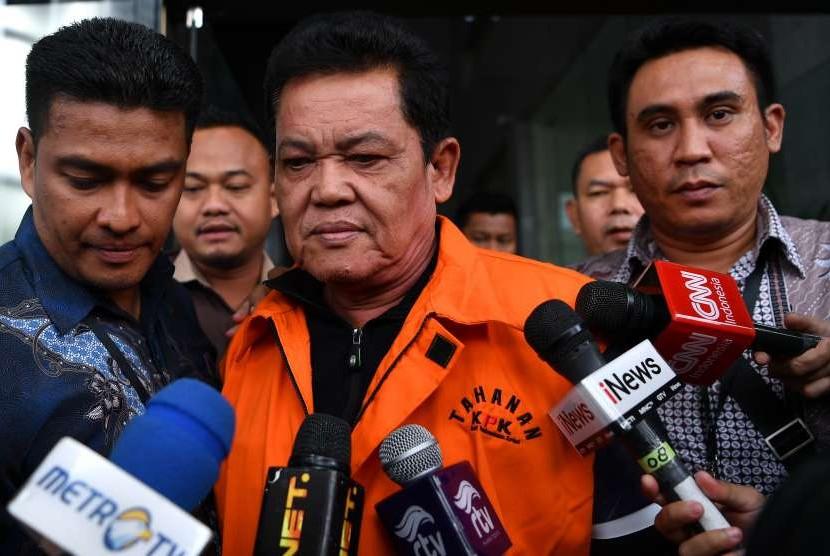 Tersangka selaku Wali Kota Pasuruan Setiyono (tengah) dengan rompi tahanan meninggalkan gedung KPK, Jakarta, Jumat (5/10).