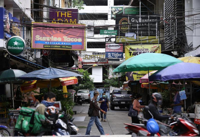 Thailand memberlakukan karantina menyusul kenaikan kasus Covid-19 di Bangkok dan sejumlah kawasan lain mulai 12 Juli 2021. Pembatasan kegiatan tersebut berlaku selama dua pekan.