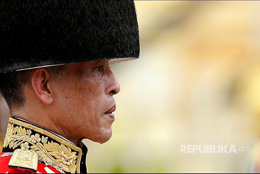 Maharaja Vajiralongkorn turut serta dalam prosesi pemakaman abu jenazah mendiang Raja Bhumibol Adulyadej di Bangkok.