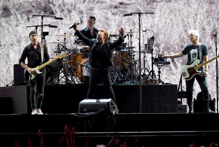 The Edge, Larry Mullen Jr, Bono dan Adam Clayton para personil band U2 saat konser di Australia. Gitaris U2, The Edge, telah meluncurkan strap gitar untuk kepentingan amal.