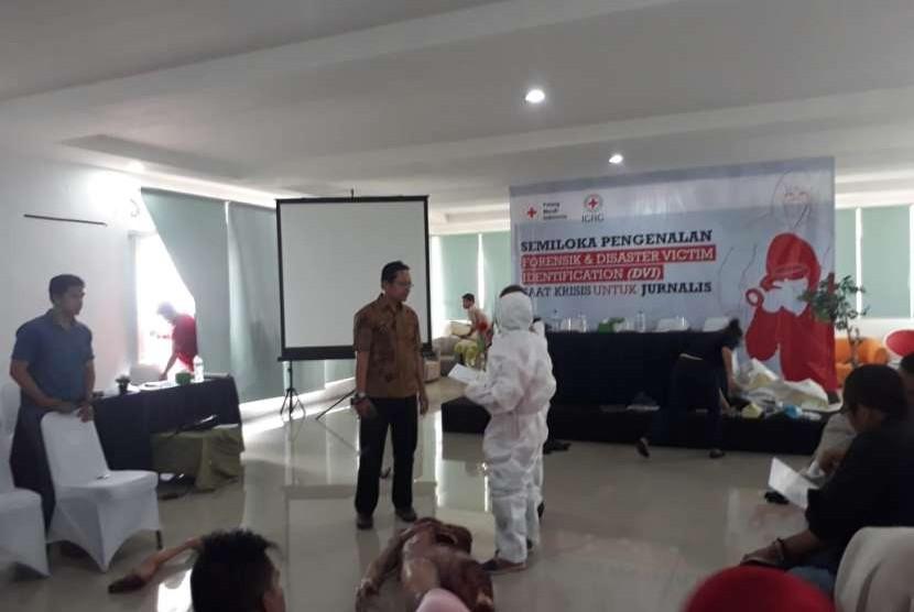 The International Committee of the Red Cross (ICRC) atau Komite Internasional Palang Merah dan Palang Merah Indonesia (PMI) menggelar pengenalan forensik dan DVI kepada jurnalis dan relawan di salah satu hotel Sukabumi, Jawa Barat Sabtu (25/8). Langkah tersebut untuk menekankan pentinya identifikasi jenazah
