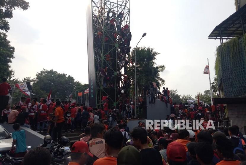 The Jakmania rela memanjat Wall Climbing demi nonton bareng laga Persija Jakarta menjamu Mitra Kukar, di halaman Kemenpora, Jakarta Pusat, Ahad (9/12).