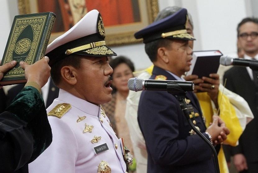 The new chief of navy Vice Admiral Marsetyo (left) and the new chief of air force, Vice Marshal Ida Bagus Putu Dunia.