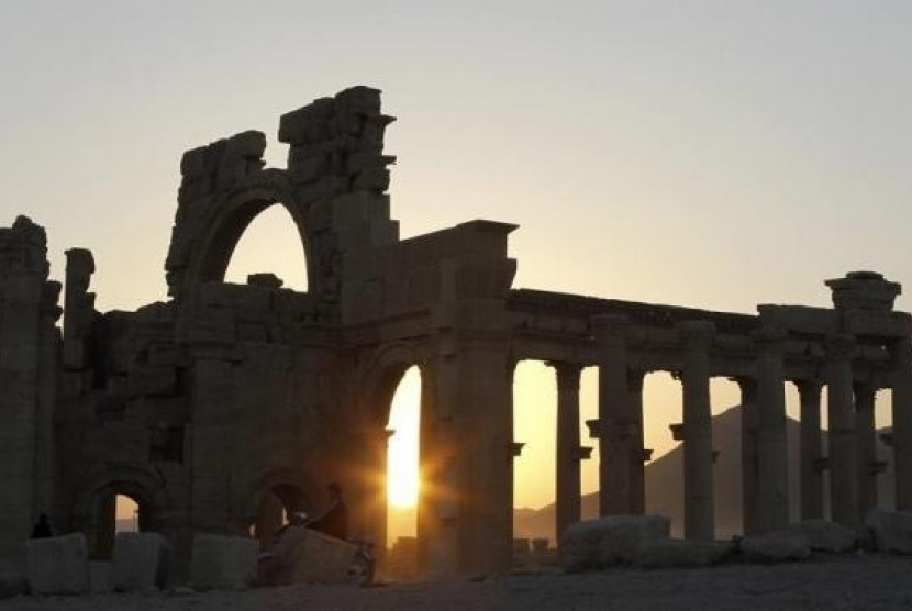 The sun sets behind ruined columns at the historical city of Palmyra, in the Syrian desert, some 240km (150 miles) northeast the capital of Damascus November 12, 2010.