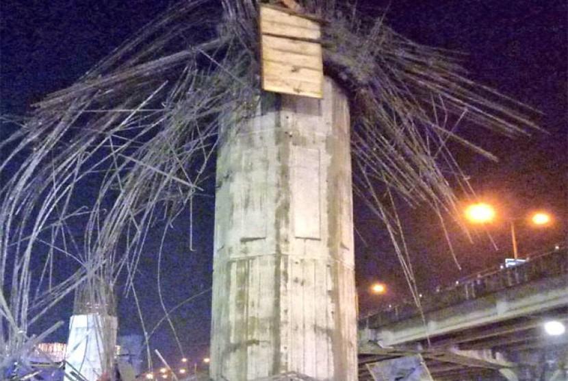 Tiang Girder ambruk dekat Gardu Tol Kebon Nanas Jl. DI. Panjaitan Jaktim
