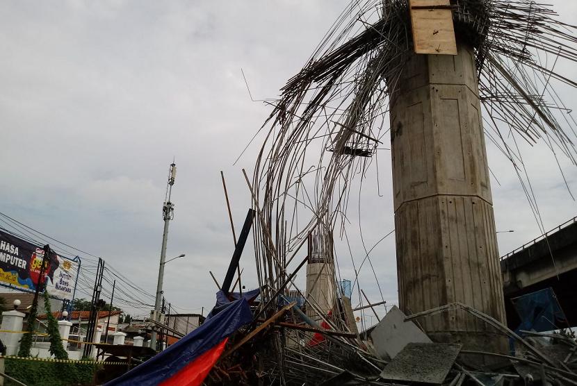 Tiang girder Tol Bekasi-Cawang-Kampung Melayu (Becakayu) yang berada di dekat Gardu Tol Kebon Nanas, Jalan DI Panjaitan, Jakarta Timur, ambruk pada Selasa (20/2) dini hari. Dugaan sementara terjadi karena brecket tember yang kurang kuat.