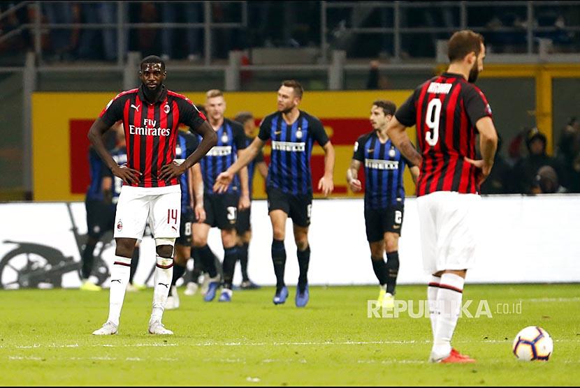 Ekspresi Tiemoue Bakayoko (kiri), dan Gonzalo Higuain (kanan) pada laga derby antara Inter Milan dan AC Milan di Stadion San Siro, Milan, Senin (22/10) dini hari.