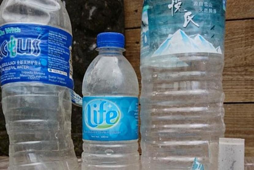 Tiga buah botol air mineral dan tabung plastik yang ditemukan warga di Pulau Reunion, Prancis.