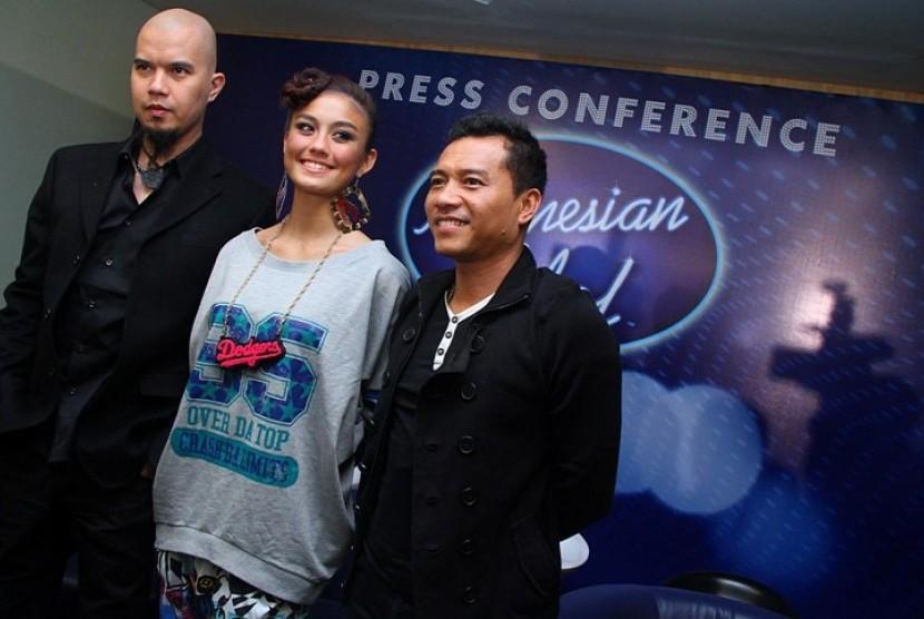 Tiga juri Indonesia Idol 2012, Ahmad Dhani, Agnes Monica, dan Anang Hermansyah saat menghadiri konfrensi pers jelang Indonesia Idol 2012 di Gedung RCTI, Jakarta, Senin, (30/1). Indonesian Idol 2012 merupakan ajang pencarian bakat di bidang tarik suara yan