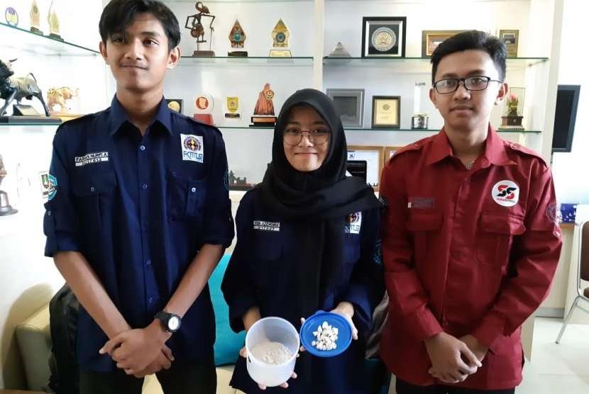 Tiga mahasiswa Fakultas Teknik (FT) Universitas Sebelas Maret (UNS) Solo, Yesika Azzukhruf, Panji Pramayswara Pamilih dan Farhan Nurfi Afriansyah, membuat inovasi beton kualitas tinggi dari campuran limbah marmer dan tulang sapi.