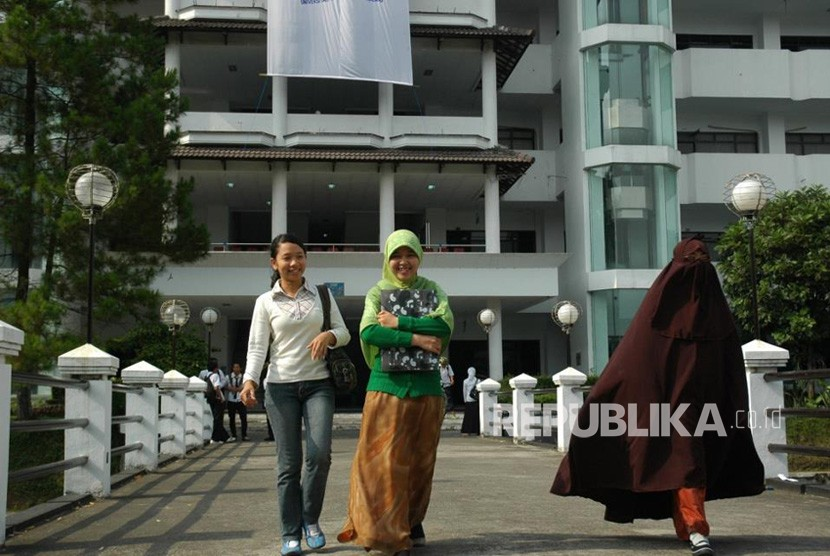 Tiga mahasiswa UMM, tidak memakai jilbab, berjilbab, dan memakai cadar di kampus.