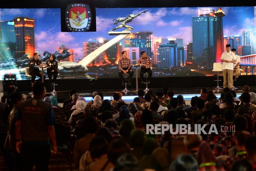 Tiga pasangan cagub DKI, Agus Harimurti-Sylviana Murni, Basuki Tjahaja Purnama-Djarot Saiful Hidayat, dan Anis Baswedan-Sandiaga Uno saat mengikuti debat cagub-cawagub DKI Jakarta ke-2 di Jakarta, Jumat (27/1) malam.