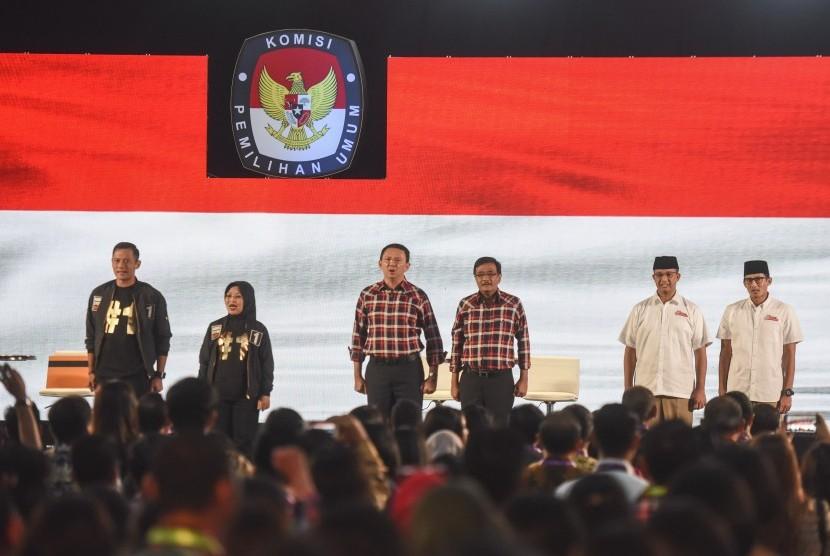 Tiga pasangan calon gubernur dan wakil gubernur DKI Jakarta, Agus Harimurti Yudhoyono-Sylviana Murni, Basuki Tjahaja Purnama-Djarot Saiful Hidayat, Anies Baswedan-Sandiaga Uno menyanyikan lagu Indonesia Raya sebelum mengikuti Debat Publik Pilkada kedua di
