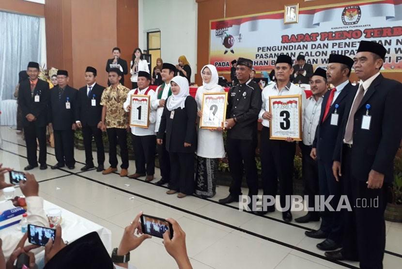 Tiga pasangan calon Pilkada Kabupaten Purwakarta, mengikuti tahapan pengundian nomor urut di Gedong Sigrong, Jl Siliwangi, Purwakarta, Selasa (13/2).